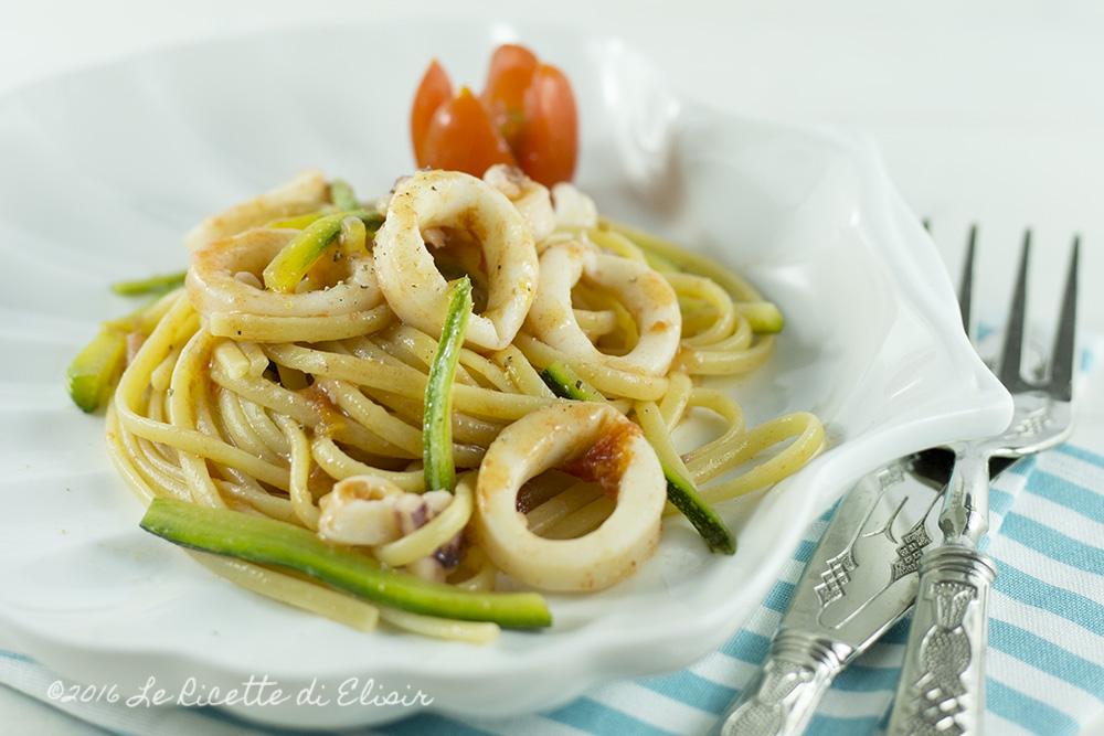Pasta con zucchine calamari e pomodorini