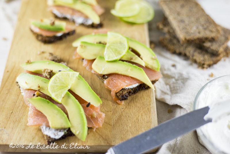 Crostini al salmone affumicato e avocado