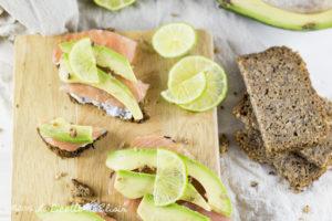 Crostini di salmone e avocado