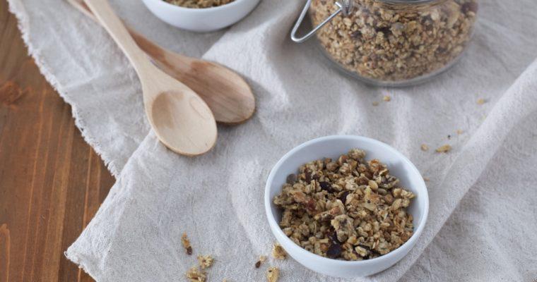 Granola in padella ai mirtilli per colazione