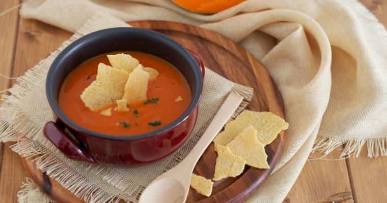 Zuppa di zucca con chips di parmigiano