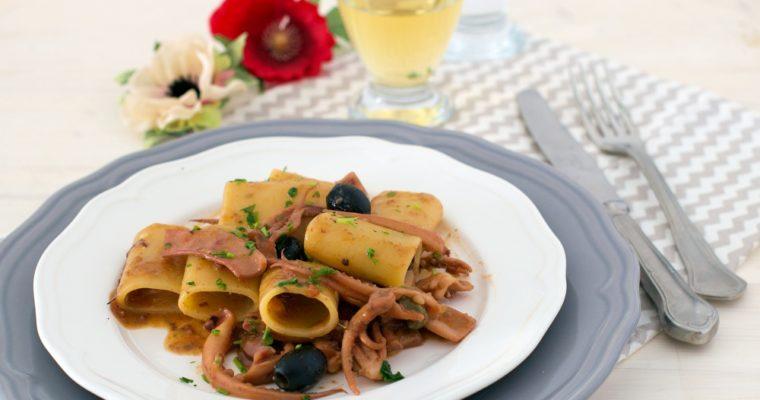 Paccheri al sugo di totani e olive nere