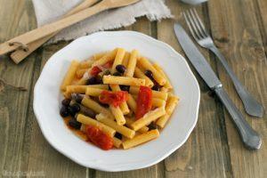 Pasta al lardo di colonnata, pachino e olive taggiasche