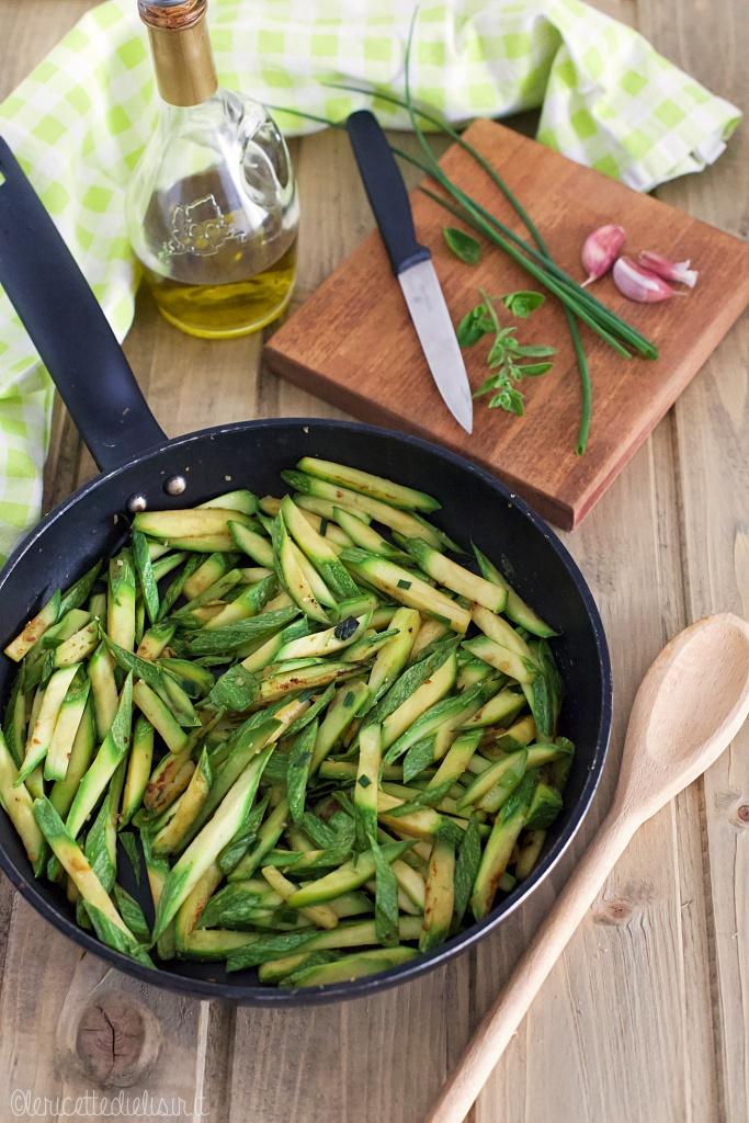 Zucchine in padella alle erbe aromatiche le ricette di elisir