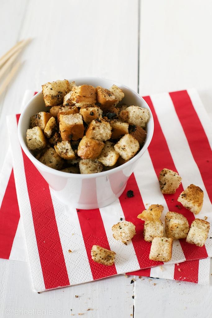 Crostini di pane aromatici per insalate e zuppe