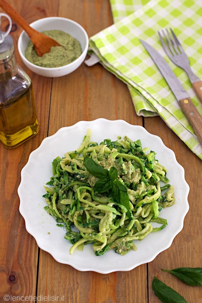 Spaghetti di zucchine al pesto di cannellini basilico e mandorle
