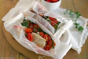 Pesce al cartoccio con peperoni e pomodorini