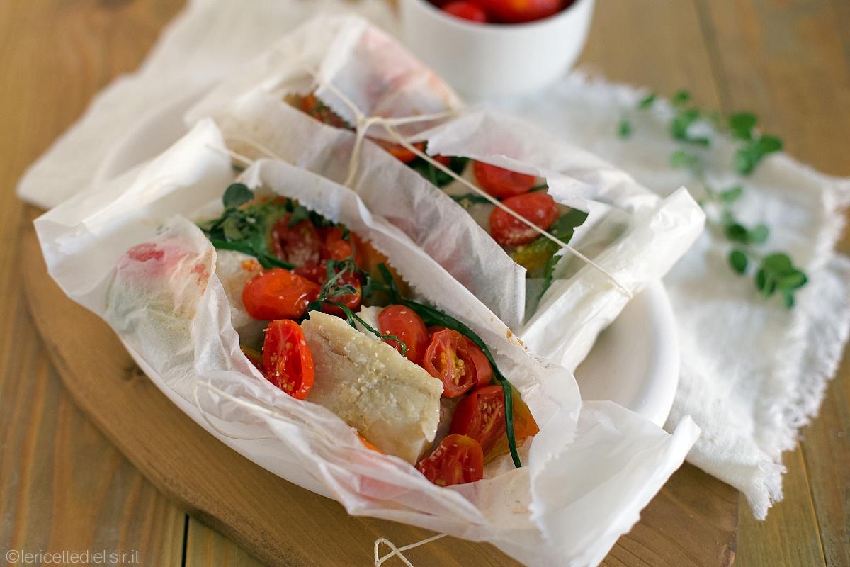 Persico al cartoccio con peperoni e pomodorini