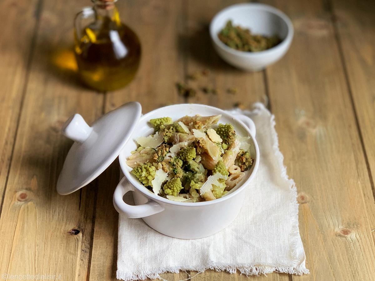 Pasta con broccolo romanesco e mollica croccante