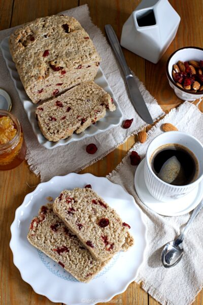 Pane dolce con frutta secca e mirtilli