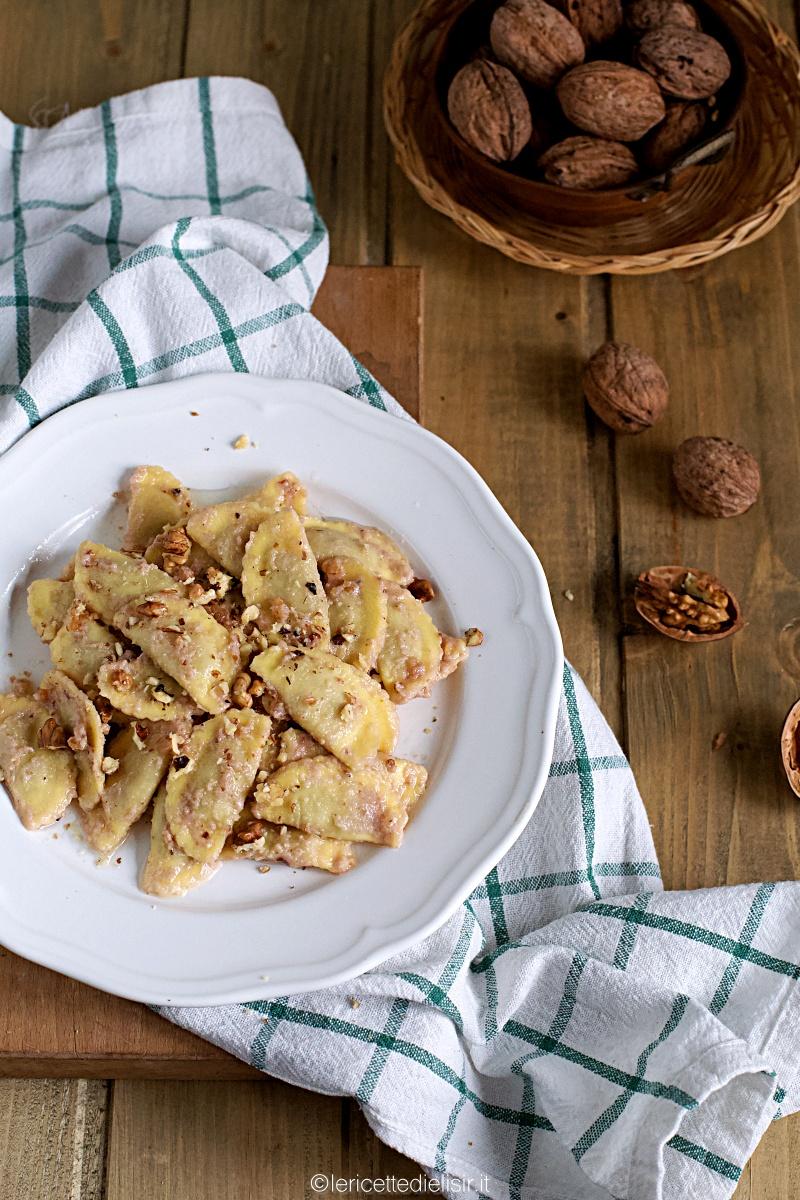 Mezzelune con salsa alle noci fatta in casa
